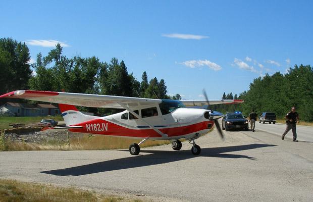 Cessna 182 que teve de pousar de emergência em estrada no estado americano de Montana nesta quinta-feira (21). O motor da pequena aeronave parou de funcionar, obrigando o piloto, um controlador de tráfico aéreo aposentado, a pousar na Highway 93, ao norte de Darby. A foto foi divulgada pela patrulha rodoviária de Montana (Foto: AP)