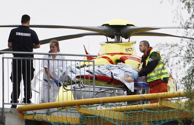 Ferido no tiroteio em ilha chega de helicóptero a hospital de Oslo, capital da Noruega, nesta sexta-feira (22) (Foto: AP)