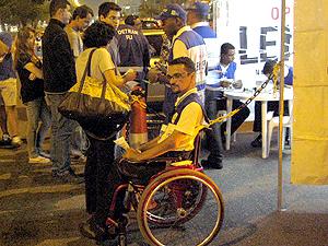 Márcio distribuiu panfletos durante blitz na Barra da Tijuca (Foto: Rodrigo Vianna / G1)