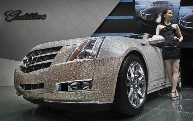 Um chinês comprou por 668.000 yuan (US$ 103.454 ou R$ 162.190) um Cadillac CTS Coupe decorado com 380 mil cristais Swarovski. O carro está exposto desde 14 de julho em um evento automobilístico organizado em Changchun, na província chinesa localizada na região nordeste de Jilin.  (Foto: AP)