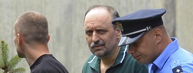 Goran Hadzic, de camisa verde, chega à casa em que viveu antes de se esconder em 2004, em Novi Sad, na Sérvia, nesta sexta-feira (22) (Foto: AP)