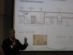 Presidente da Light, Jerson Kelman, mostra o esquema de uma caixa transformadora (Foto: Lilian Quaino/G1)