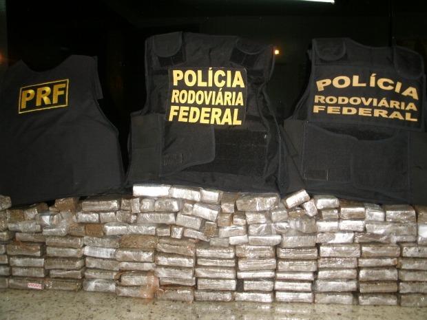 Um casal foi preso com 78 kg de maconha por volta da 00h30 desta sexta-feira (22), em Ubiratã, na região Central do Paraná. De acordo com as informações da Polícia Rodoviária Federal (PRF), a droga estava escondida nos parachoques dianteiro e traseiro de um carro. O entorpecente seria levado para Londrina, Norte do estado. Os presos foram encaminhados para a delegacia da Polícia Civil de Ubiratã.  (Foto: Divulgação PRF)