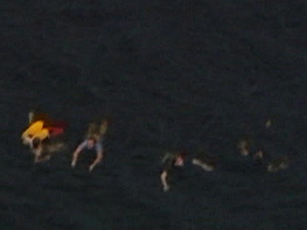 Vista aérea mostra pessoas nadando na ilha de Utoeya, após  atirador matar 10 em comício (Foto: Reuters)