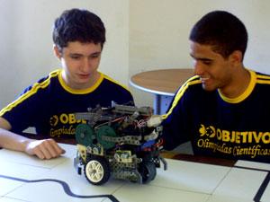 Wallace e Renato criaram um robô (Foto: Objetivo/ Divulgação)