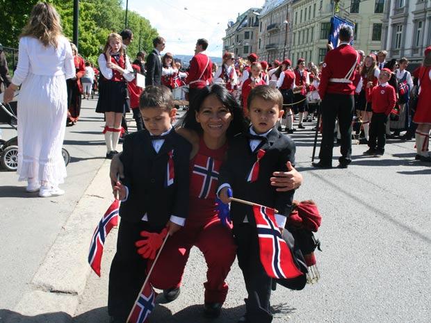 Solange com os filhos gêmeos, de 4 anos, em foto no dia da Independência da Noruega (Foto: Arquivo pessoal)