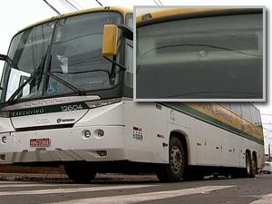 Assaltantes atiraram em ônibus durante abordagem  (Foto: Reprodução RPC TV)
