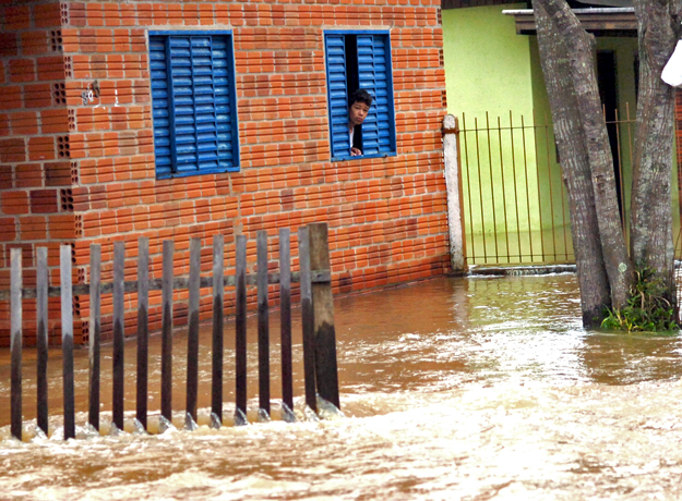 Morador de Campo Bom (RS) observa inundação do rio dos Sinos neste sábado (23). Defesa Civil anunciou que 108 mil pessoas foram afetadas pelas chuvas em todo estado. (Foto: Miro de Souza/Agência RBS)