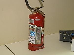 Extintor que o paciente atirou contra os atendentes ficou amassado (Foto: Reprodução RPC TV)