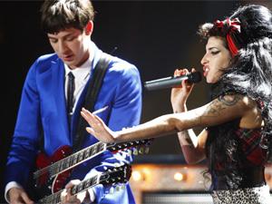 Amy canta com Mark Ronson no Brit Awards, em 2008, em Londres (Foto: Reuters)