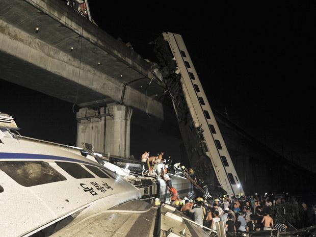 Equipes de emergência trabalham no resgate de vítimas de descarrilamento de trem-bala na província de Zhejiang, na China (Foto: AP)