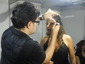 Daniela Mercury retoca maquiagem inspirada em Amy Winehouse (Foto: Elias Bruno/ G1)