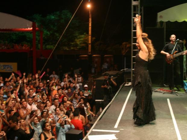 Daniela Mercury fez adaptação dos hits 'Rehab' e 'Back to Black' no Fortal 2011 (Foto: Elias Bruno/ G1)
