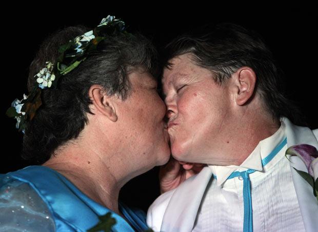 Nova York é o sexto e mais populoso estado dos EUA a reconhecer o casamento gay. A cerimônia foi realizada em frente às quedas d'água de Niagara. Lambert, de 54 anos, e Rudd, de 53, são ambas avós e somam 12 netos de relacionamentos passados. Elas estão juntas há mais de uma década e há anos lutavam pelo direito de se casarem. (Foto: David Duprey/AP)