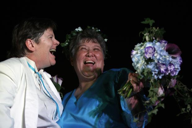 As ativistas dos direitos dos homossexuais Kitty Lambert e Cheryle Rudd se casaram legalmente no primeiro momento possível, em cerimônia realizada logo após 00h na madrugada deste domingo (24). É a primeira união homossexual legalmente reconhecida em Nova York, onde a lei reconhecendo o casamento gay passou a valer a partir desta data. (Foto: David Duprey/AP)