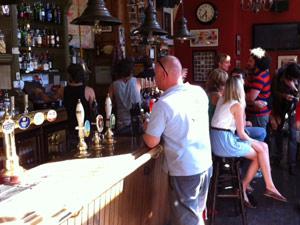 Interior do pub Hawley Arms (Foto: Pedro Caiado/G1)