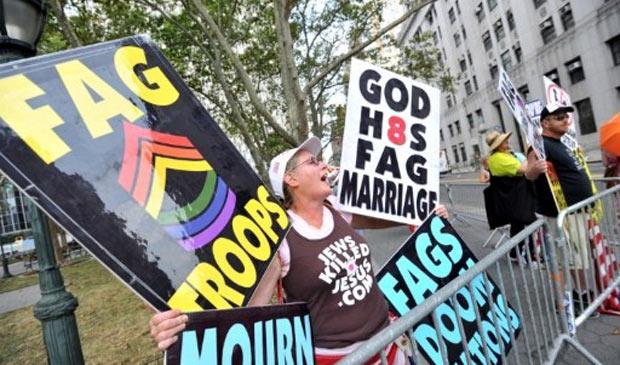 """Margie J. Phelps protesta em frente a cartório de Manhattan contra casamentos de pessoas do mesmo sexo com cartazes com mensagens como: """"Deus odeia casamento gay"""" (Foto: Stan Honda / AFP)"""