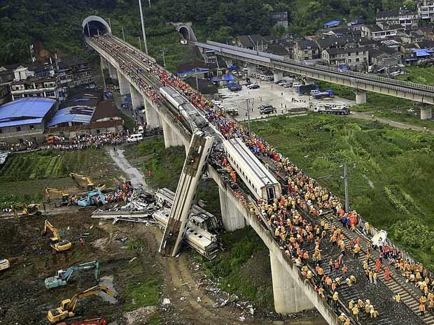 Equipes de resgate trabalham em destroços de dois trens em Wenzhou, na província chinesa de Zhejiang, neste domingo (24) (Foto: AP)