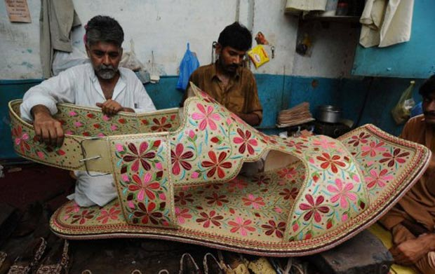 Calçado gigante será colocado à venda por cerca de US$ 350. (Foto: Arif Ali/AFP)