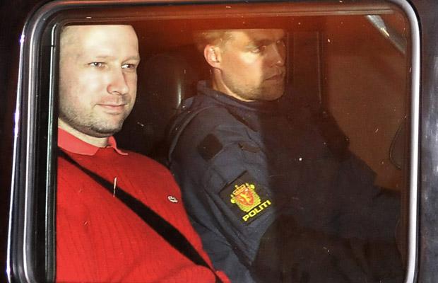 Anders Behring Breivik, à esquerda, é transportado em carro da polícia nesta segunda-feira (25) em Oslo, capital da Noruega (Foto: Reuters)