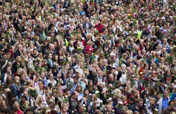 Noruegueses prestam homenagem às vítimas do massacre, nesta segunda-feira (25), em Oslo (Foto: AFP)