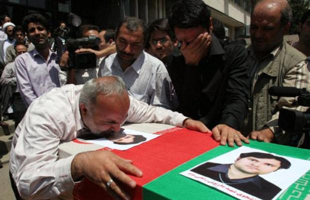 Corpo do cientista iraniano Dariush Rezaei-Nejad é velado neste domingo (24) em Teerã (Foto: AFP)