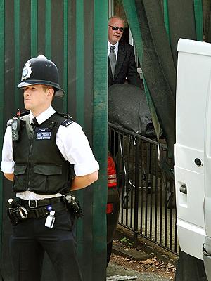 Corpo de Amy Winehouse é retirado do necrotério de St Pancras  (Foto: AP)