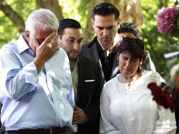 Os pais de Amy Winehouse, Mitch e Janis, em frente à casa da cantora nesta segunda-feira (25) (Foto: Reuters)
