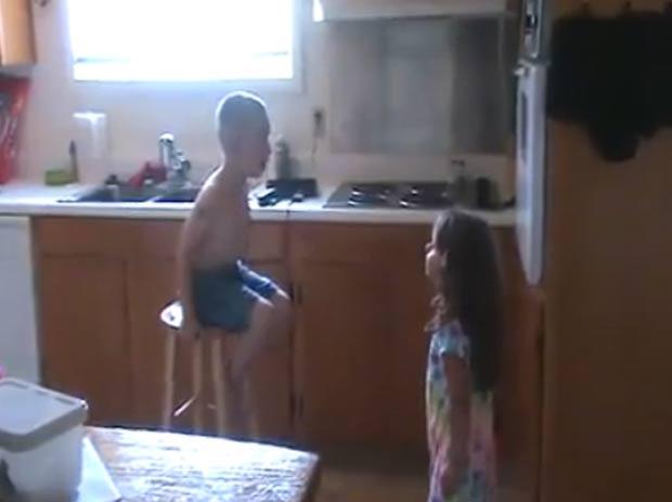 Bídeo de duas crianças discutindo sobre casamento faz sucesso na web. (Foto: Reprodução)