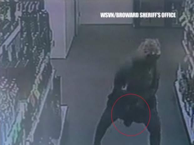 Mulher esconde garrafa de bebida embaixo do vestido. (Foto: Reprodução)