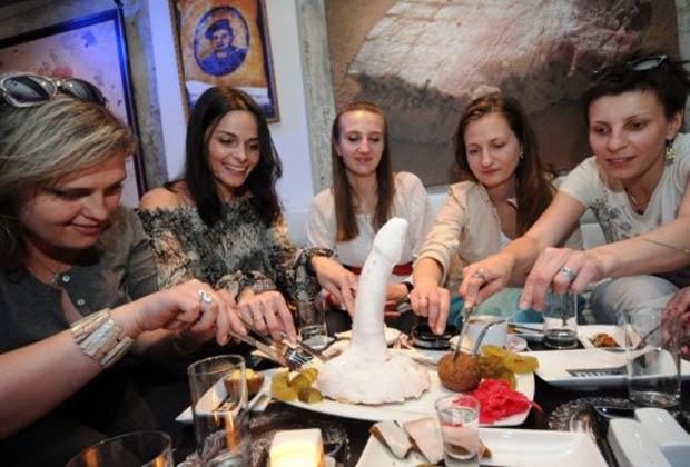 Mulheres participam da degustação de um prato feito com gordura de porco chamado 'Pênis de Casanova'.  (Foto: Yuriy Dyachyshyn/AFP)