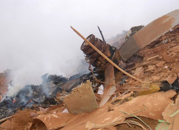 Destroços do avião militar que caiu nesta terça-feira (26) em Marrocos (Foto: AFP)
