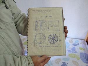 Mecânico mostra caderno com desenhos da pipa com leds (Foto: Juliana Cardilli/G1)