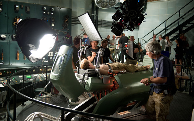 Chris Evans é fotografado durante a filmagem de 'Capitão América: o primeiro vingador'. Além de contar com a ajuda da tecnologia, ator também teve de perder peso para filmar a primeira parte da história (Foto: Divulgação/Paramount)