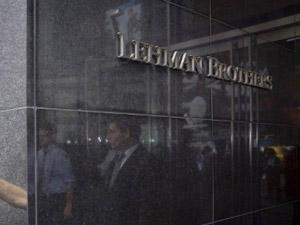 Homem se apoia na parede da sede do Lehman Brothers em NY, em 15 de setembro de 2008. (Foto: Nicholas ROBERTS/AFP)