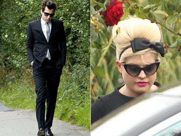 O produtor Mark Ronson e a cantora Kelly Osbourne chegam ao funeral de Amy Winehouse nesta terça-feira (26) em Londres (Foto: AP)