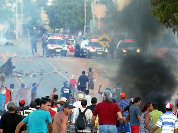 Manifestantes queimaram madeiras e pneus e acusaram a PM de descumprir o acordo feito sobre a reintegração de posse de uma fazenda invadida. (Foto: Reprodução/EPTV)