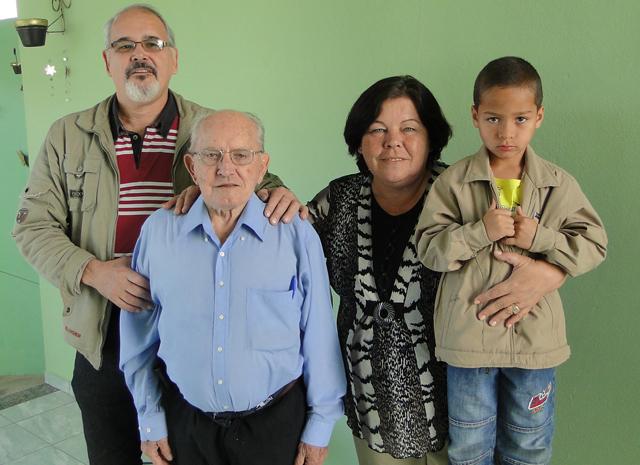 Euro, Clemente, Kátia e o pequeno Thiago Viana: os quatro de uma família nasceram no dia 21 de março (Foto: Alex Araújo/G1)