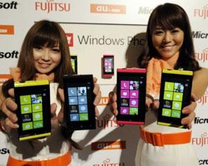 Nesta quarta-feira (27), a Fujitsu e a Toshiba apresentaram o primeiro smartphone baseado na plataforma Mango em um evento em Tóquio. As fabricantes anunciaram que o aparelho chegará ao mercado japonês em setembro deste ano. (Foto: Toshifumi Kitamura/AFP)