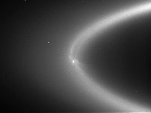 Imagem mostra a água saindo da lua e alimentando o anel E de Saturno (Foto: NASA/JPL/Space Science Institute )