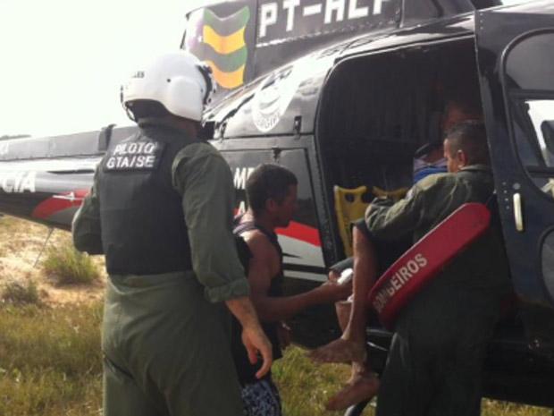 Dois dos quatro pescadores foram içados até helicóptero de resgate (Foto: Divulgação/Grupamento Tático Aéreo da PM de Sergipe)