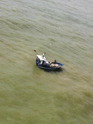 Dois pescadores foram resgatados de embarcação  que ficou à deriva no mar em Sergipe (Foto: Divulgação/Grupamento Tático Aéreo da Polícia Militar de Sergipe)