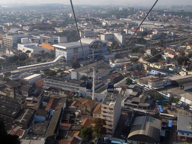 Passeio de teleférico possibilita morador e turista conhecerem melhor o Conjunto de Favelas do Alemão (Foto: Tássia Thum/G1)