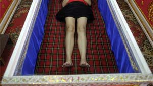 Menina 'ressuscita' em necrotério após confirmação de sua morte no Zimbábue. (Foto: Damir Sagolj/Reuters)