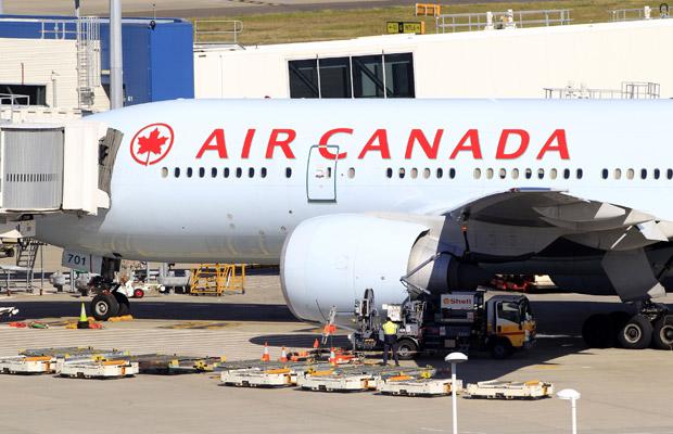 Boing 777 da Air Canada após voltar ao aeroporto em Sydney nesta quinta-feira (28) (Foto: AP)