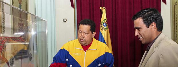 O presidente da Venezuela, Hugo Chávez, recebe o técnico da seleção de futebol do país, Cesar Farías, em Miraflores, nesta quarta-feira (27) (Foto: Reuters)