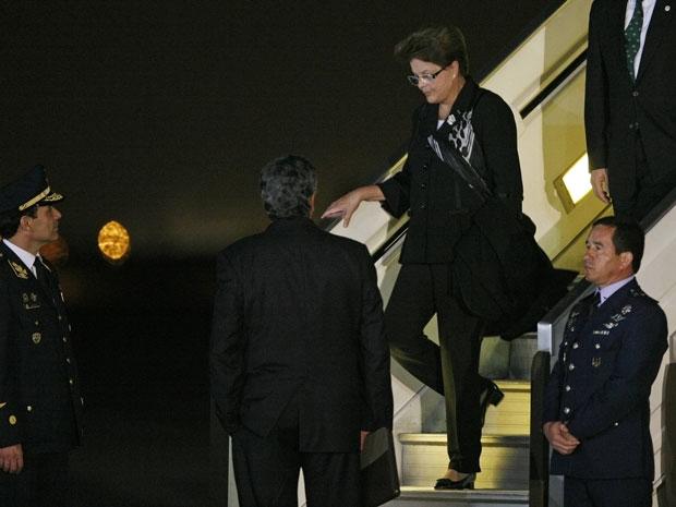 A presidente Dilma Roussef desembarcou em Lima, no Peru, no início da madrugada desta quinta-feira (28), para acompanhar a cerimônia de posse de Ollanta Humala. Na chegada, Dilma foi recebida pela comissão presidencial peruana. Na volta da viagem, Dilma vai receber Cristina Kirchner em Brasília. (Foto: Enrique Castro-Mendivil / Reuters)