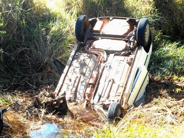 PM encontra 305 quilos de maconha em carro capotado em Naviraí (Foto: Umberto Zum/Tá na Mídia Naviraí)