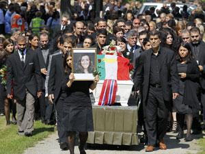 Familiares e amigos levam o caixão de Bano Rashid, flores e um retrato da jovem durante cerimônia nesta sexta (29) (Foto: Wolfgang Rattay/Reuters)