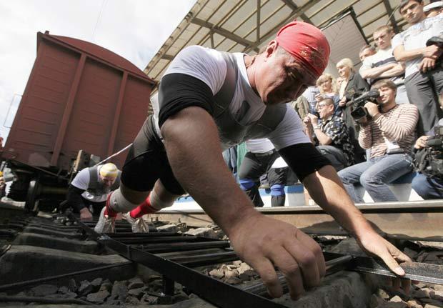 Vladimir Muravlyov (frente) e Roman Gavrusik puxaram dez vagões de trem. (Foto: Ilya Naymushin/Reuters)